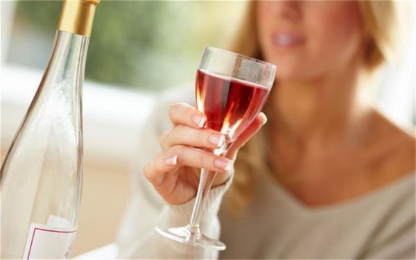 Una copa de alcohol al día mejora la salud de las mujeres.